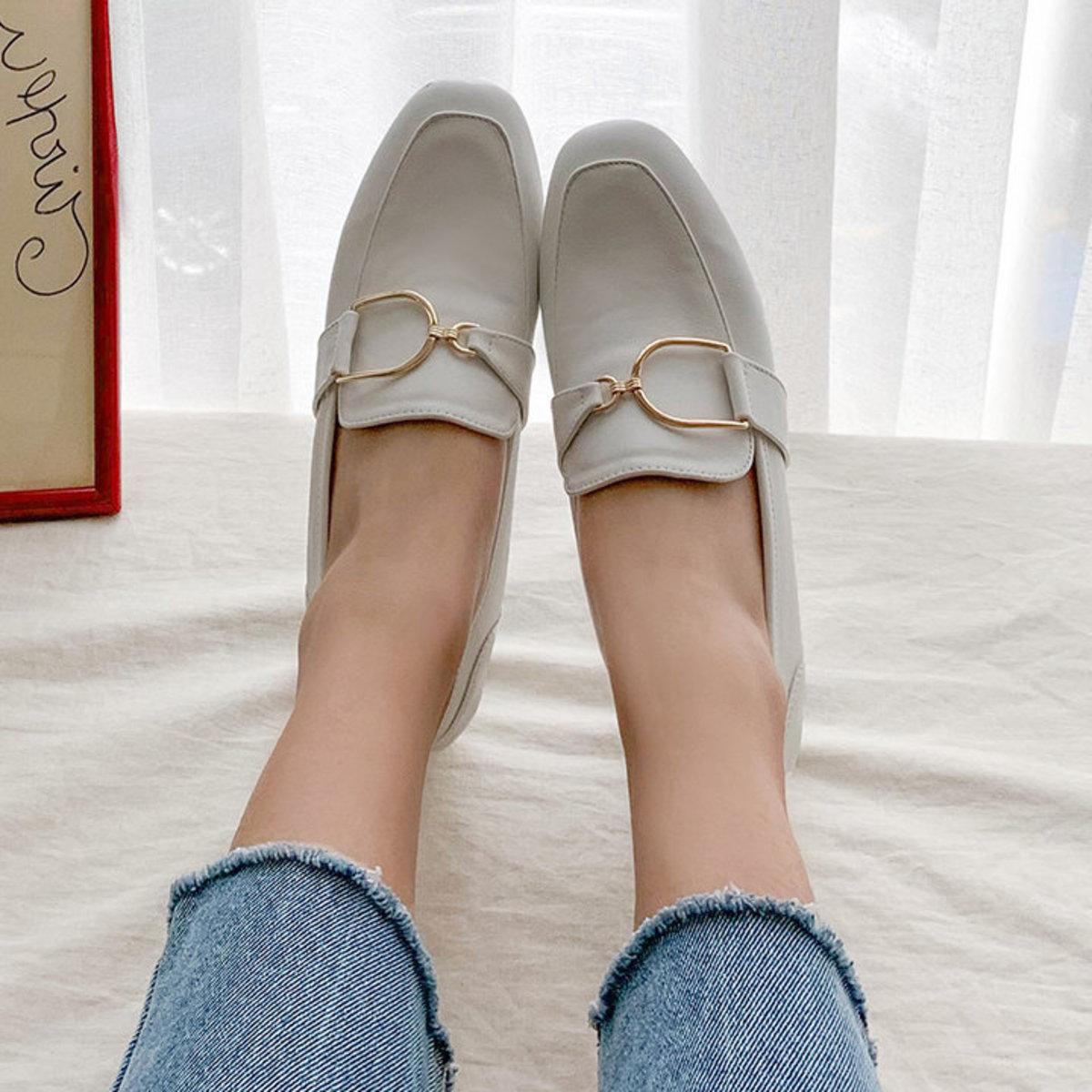 金屬扣鍊低跟鞋