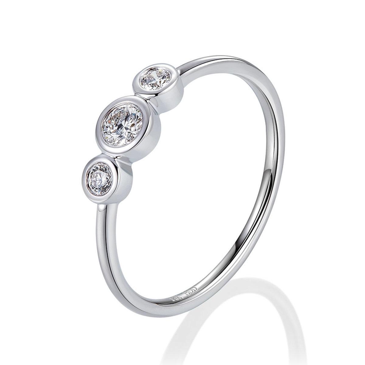 18K白金三石包邊鑲鑽石戒指(0.17克拉總重量)