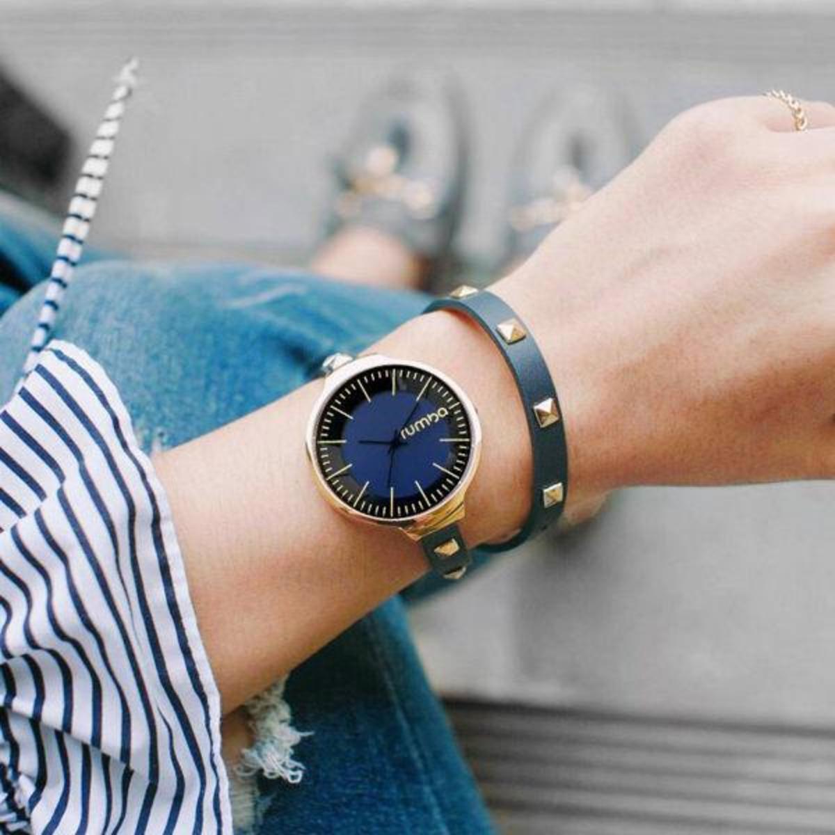 藍色鉚釘環繞式皮帶腕錶