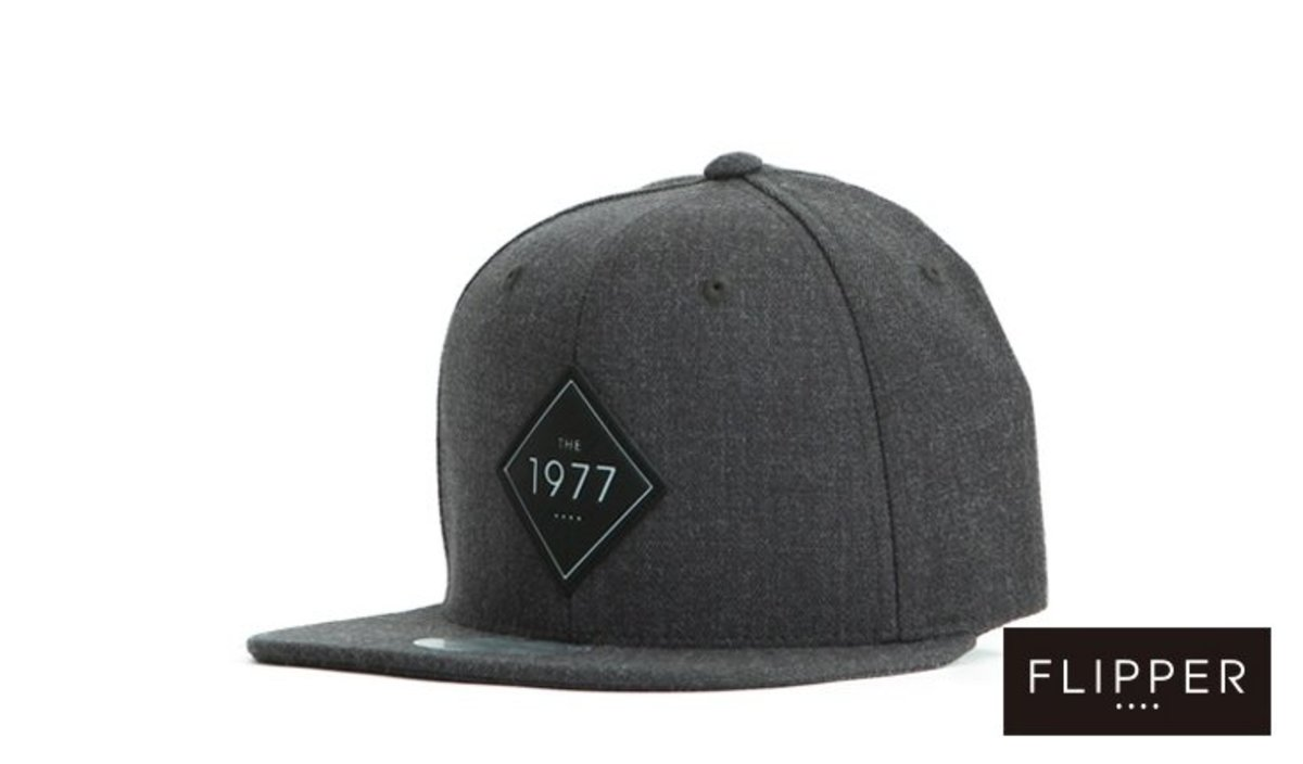 SNAPBACK_THE 1977  BADGE (CHARCOAL)